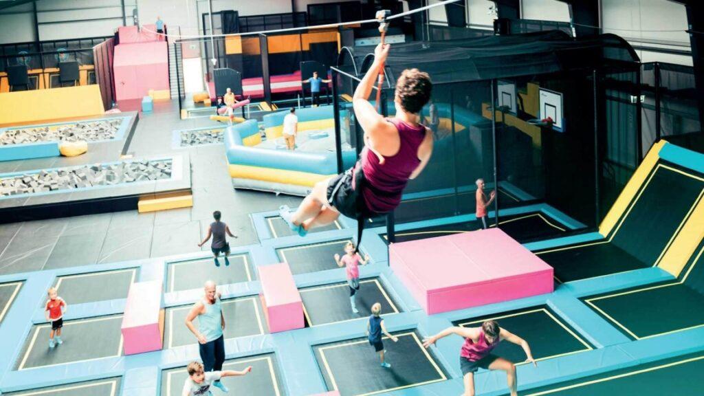 Tirolina sobre trampolines